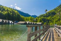 Königssee com montanhas e aterrissagem Fotos de Stock