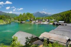 Königssee com montanhas e casas Imagens de Stock Royalty Free