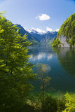 Königssee com montanhas e reflexão Fotografia de Stock