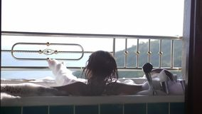 Kąpanie brunetki młoda kobieta relaksuje w wannie piankowy dźwiganie Dziewczyna Cieszy się zdrój Przy tropikalnym kurortem z zadz zbiory wideo
