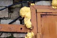 Kąt żółtego metalu drzwi na ścianie z cegieł fotografia stock