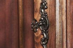 Kędziorek w drewnianym drzwi zamkniętym w górę zdjęcie royalty free