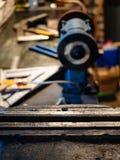 käkar av slutet för metalworkingskruvstäd upp på tabellen royaltyfria bilder