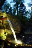 Källan av naturligt vatten, wellspringen som flödar vaggar igenom, i skog royaltyfri bild