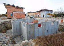 källare som bygger bostadstownhouses Arkivbilder