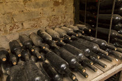 källarecognacen flankerar oaken där wine Arkivbilder