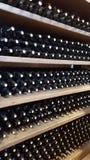 källarecognacen flankerar oaken där wine arkivfoton