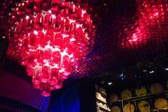 källarecognacen flankerar oaken där wine Flaskor med wine Royaltyfria Bilder