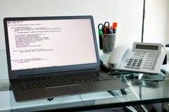 Källkod på en bärbar dator för programvarubärare Arkivfoto