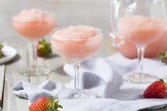 Kälte, die gefrorenes Rosé-Wein-Cocktail erneuert stockfotos