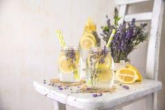 Kälte hineingegossenes Detox-Wasser mit Zitrone und Lavendel Lizenzfreies Stockfoto