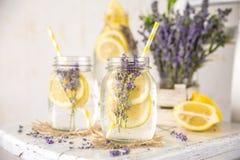 Kälte hineingegossenes Detox-Wasser mit Zitrone und Lavendel Stockfotografie