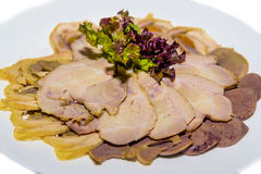 Kälte kochte Schweinefleisch, Rinderzunge, Leberrolle und Kopfsalat Lizenzfreies Stockfoto