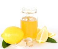 Kälte-und Grippe-Hilfsmittel - Zitrone-Honig und Knoblauch Stockfotografie