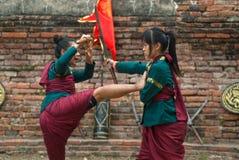 Kämpar tar delen i en utomhus- forntida thailändsk fäktning Royaltyfri Foto
