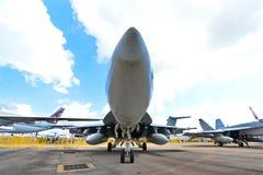 Kämpe för USA-marinBoeing F/A-18E/F toppen bålgeting på skärm på Singapore Airshow Arkivbild