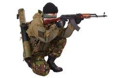 Kämpe med det ak-47 geväret Royaltyfria Bilder
