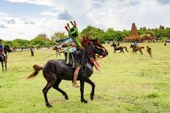 Kämpe på den Pasola festivalen, Kodi, Sumba ö, Nusa Tenggara arkivfoto