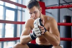Kämpe som vilar i boxningsring Royaltyfria Bilder