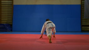 Kämpebanhoppning och danande som en karatekata ordnar på dojoen i ultrarapid arkivfilmer