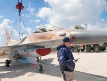 Kämpen F-16 på en utställning deltog i vid en besättningsman Arkivbilder