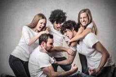 Kämpfen der jungen Leute stockbilder