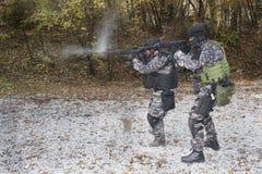Kämpfen Sie gegen Terrorismus, Soldat der besonderen Kräfte, mit Sturmgewehr, Polizeifliegenklatsche Stockbilder