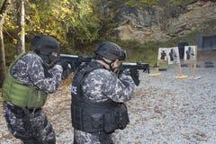 Kämpfen Sie gegen Terrorismus, Soldat der besonderen Kräfte, mit Sturmgewehr, Polizeifliegenklatsche Lizenzfreies Stockbild
