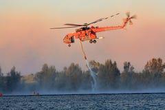 Kämpfende Buschfeuer des Luft-Kranes Stockfoto