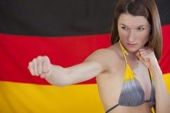 Kämpfende Frau über deutscher Markierungsfahne Stockbilder