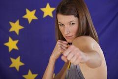 Kämpfende Frau über europäischer Markierungsfahne Stockbilder