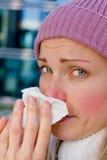 Kämpfende Kälte der Frau stockfotos