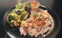 Kämpfende Korpulenz/Huhn, Reis und Salat Stockfotografie