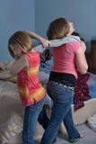Kämpfende Schwestern Stockbilder