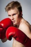Kämpfender blonder Mann mit Boxhandschuh Lizenzfreies Stockbild