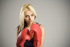 Kämpfender Frauenboxer mit roten Handschuhen Lizenzfreie Stockbilder
