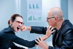 Kämpfender Geschäftsmann der Geschäftsfrau Stockfotos