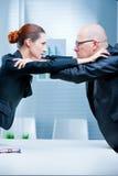 Kämpfender Geschäftsmann der Geschäftsfrau Lizenzfreies Stockfoto