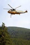 Kämpfender Hubschrauber des Feuers Stockfoto