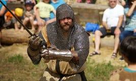 Kämpfender Ritter in der Rüstung Lizenzfreie Stockfotos