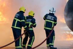 Kämpfendes Feuer des Feuerwehrmanns Lizenzfreie Stockfotos