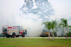 Kämpfendes Feuer mit Maschinen Lizenzfreie Stockfotos