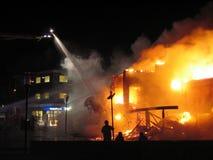 Kämpfendes hous brennen des Feuerwehrmanns Stockfotografie