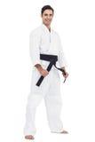Kämpfer, der Karategurt spannt stockfoto