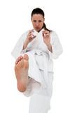 Kämpfer, der Karateposition durchführt lizenzfreies stockbild