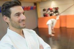 Kämpfer, der Karateposition gegen zusammengesetztes Bildamerikanerstadion durchführt lizenzfreie stockfotos
