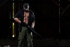 Kämpfer, der Maschinengewehr hält Lizenzfreie Stockbilder