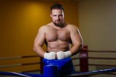 Kämpfer des starken Mannes, der im Boxring steht stockfoto