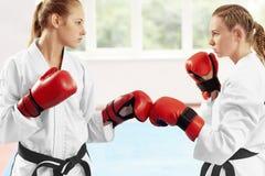 Kämpfer mit zwei Frauen, der in der Position bereit, Kampf gegen großes Fenster zu beginnen steht stockfoto
