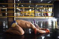 Kämpfer Muay thailändisches gebeugt im Ring Stockfotografie